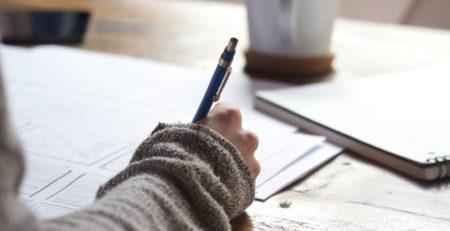 Uma pessoa segurando uma caneta
